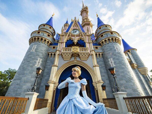 Cinderella-Castle-Royal-Colors-Magic-Kingdon-0804ZQ_1140MS-scaled-1